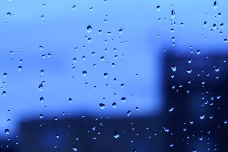 un ciel gris, trois gouttes de pluie