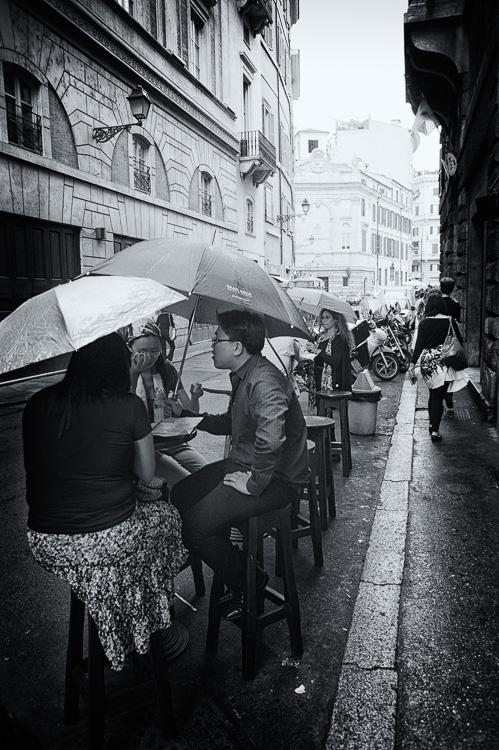 un café sous la pluie